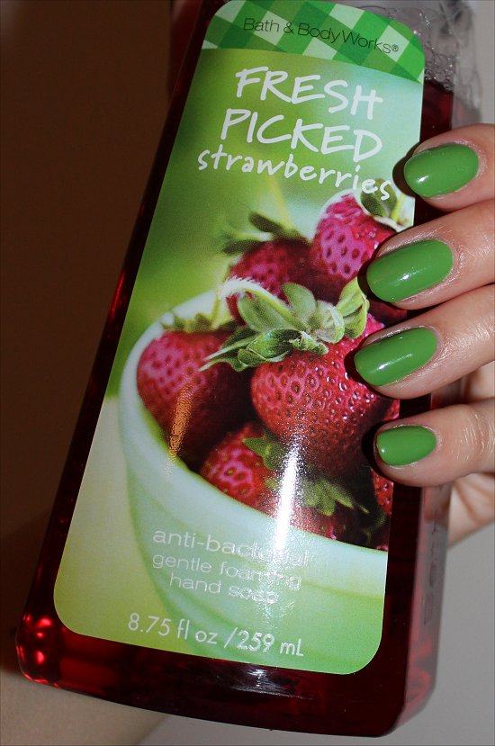 Bath & Body Works Fresh Picked Strawberries Foaming Hand Soap Review & Pictures